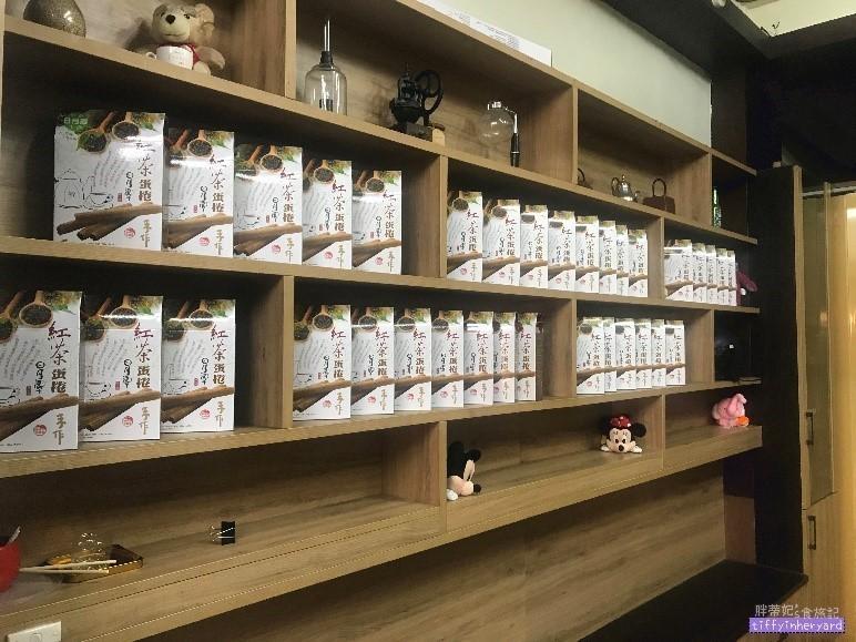 日月潭 喝紅茶-店內也有網路上很夯的 紅茶蛋捲 禮盒