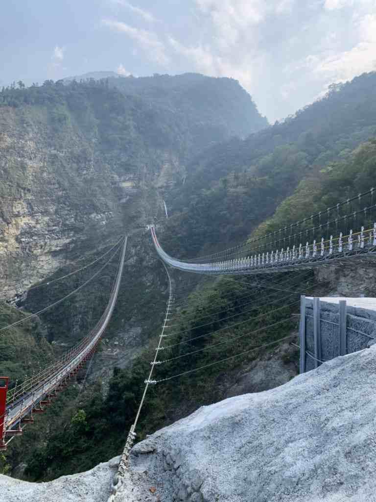 從這個角度看過去,吊橋就像是橫掛在高空峽谷中的一條繩索