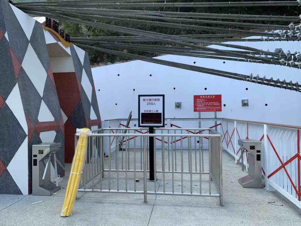 雙龍吊橋門口設有驗票閘門,限制人數250人