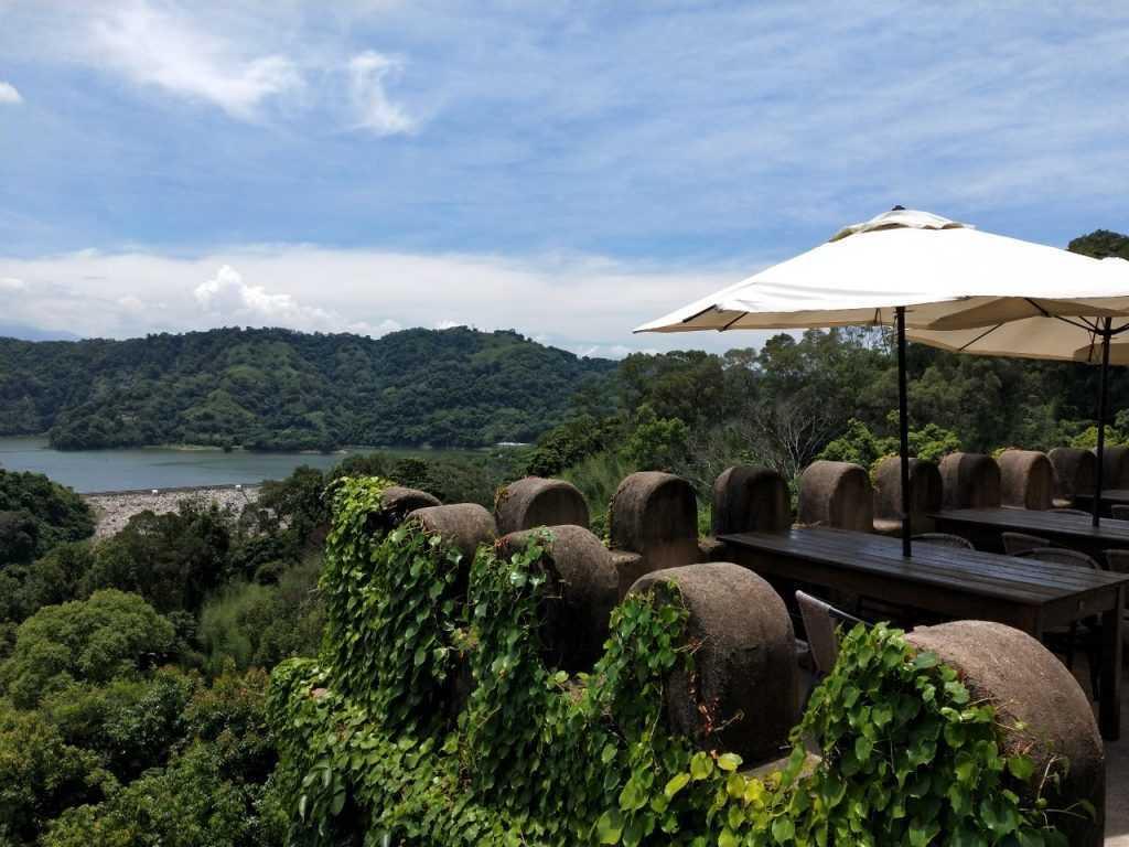 天堂古堡的室外座位,坐在這個位置用餐,可以遠眺鯉魚潭水庫喔