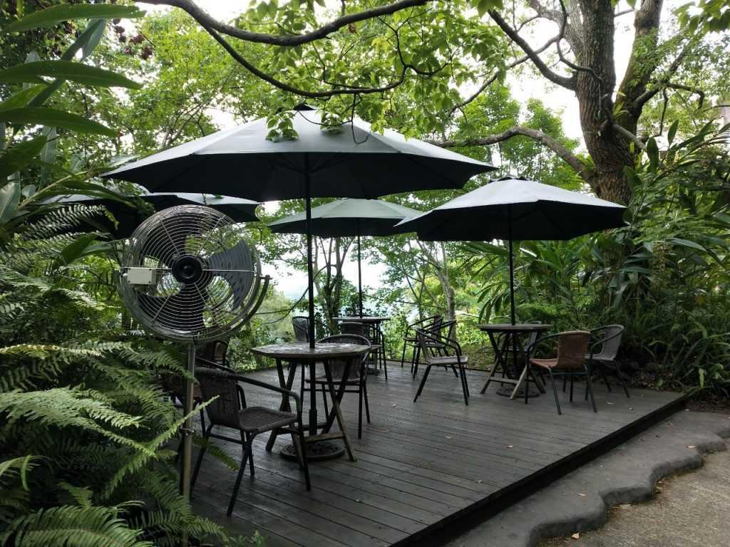 天空之城 室外座位,可以坐在戶外區用餐,近距離感受大自然