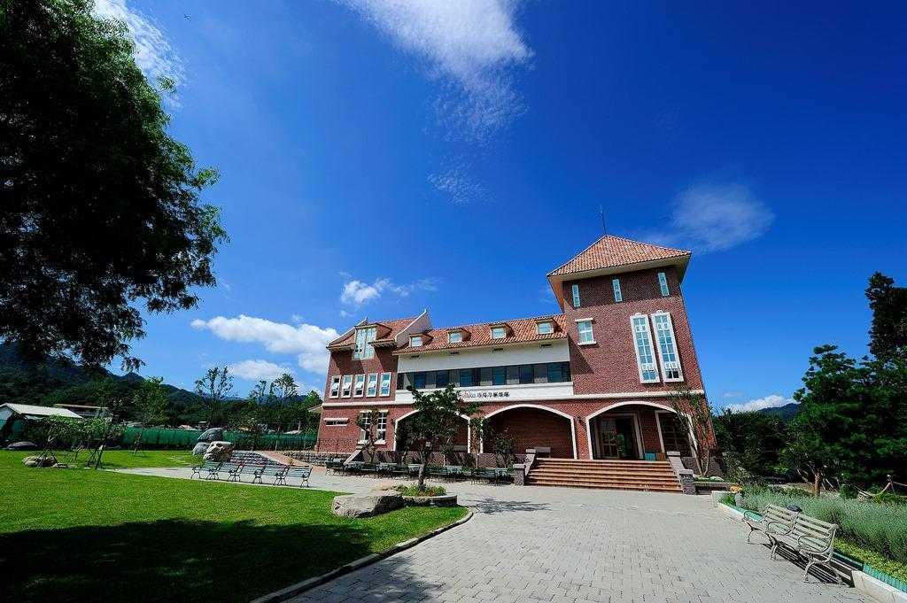 苗栗旅遊景點 -「巧克力雲莊」環境優美、綠草如茵,也是一個很適合全家同遊的親子景點