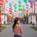 鹿港桂花巷藝術村|舊魚寮變身日式彩繪藝術村,夏日限定七彩絲帶隨風飄逸。