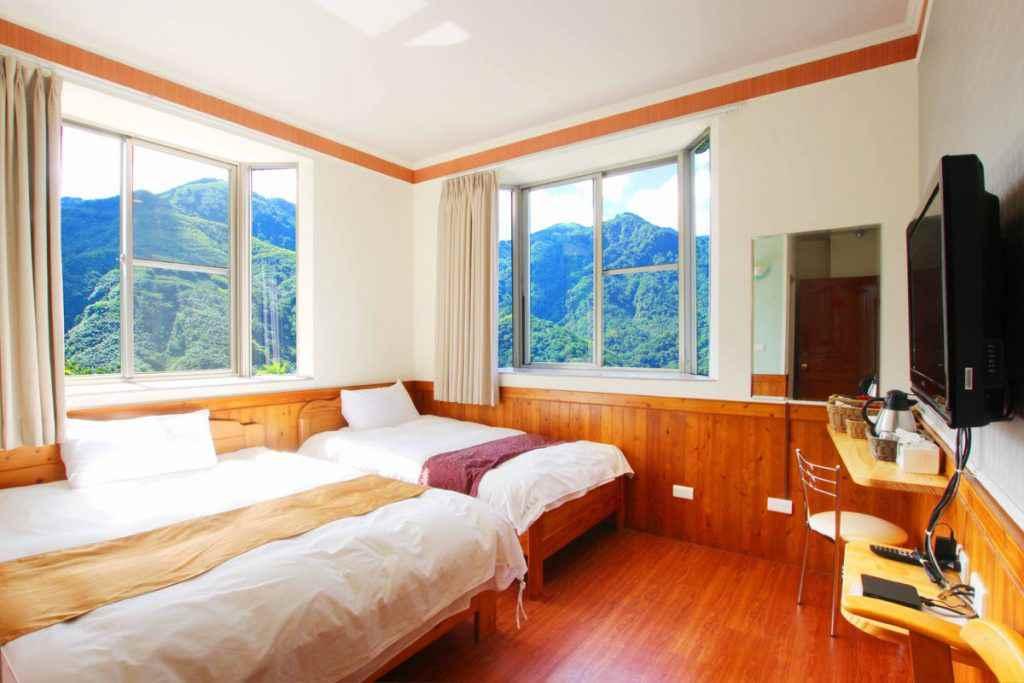瑞里茗園茶葉民宿明亮的住宿環境,還能看到山景呢
